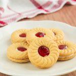 Receita: Cookie integral com geleia de morango, por Bela Gil