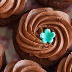 Receita: Cupcake de damasco e pistache com calda de chocolate, por Gustavo Jazra