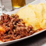 Receita: Ragu de cordeiro com polenta branca, por Capim Santo